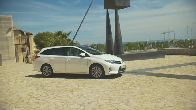 Auris Hybrid Touring Sports Boot Space Functionality